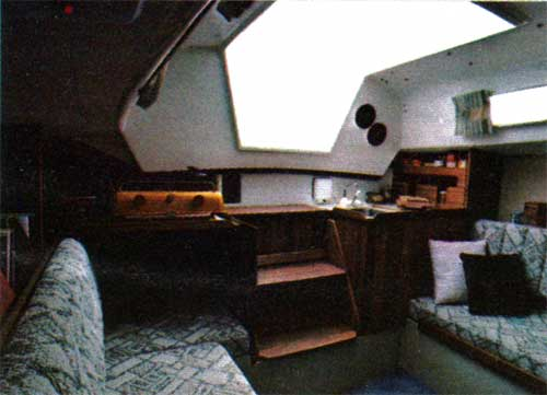 A view of the main cabin of the CAL 25 Yacht